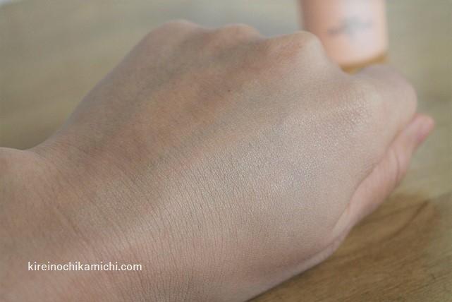 ツヤ肌に仕上がる化粧下地パンプリフティングベース